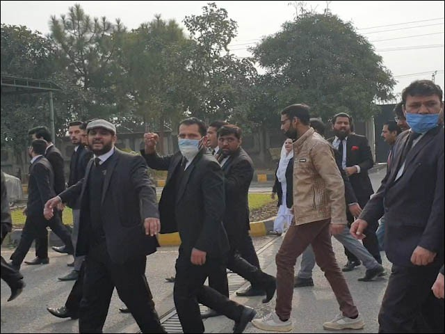 معطل وکلا میں ہائیکورٹ بار کے صدر زاہد محمود راجہ، سیکریٹری تصدق حنیف، ممبر اسلام آباد بار نصیر کیانی بھی شامل (فوٹو : فائل)