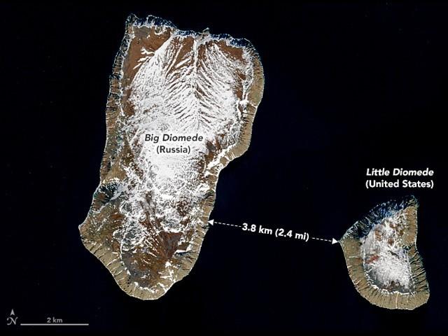 صرف 3.8 کلومیٹر (2.4 میل) درمیانی فاصلہ ہونے کے باوجود، ان دونوں جزیروں کا وقت ایک دوسرے سے بے حد مختلف ہے۔ (فوٹو: ناسا)
