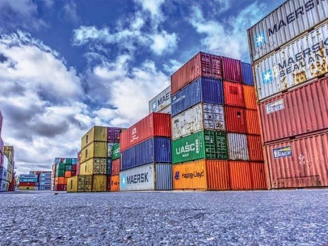 فروری میں برآمداتی حجم جنوری سے97 ملین ڈالر کم ہوکر 2.04 بلین ڈالر رہا۔ فوٹو: فائل