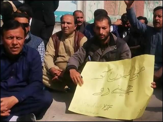 مظفر آباد میں صحافیوں پر بہیمانہ تشدد کیا گیا۔ (فوٹو: بلاگر)
