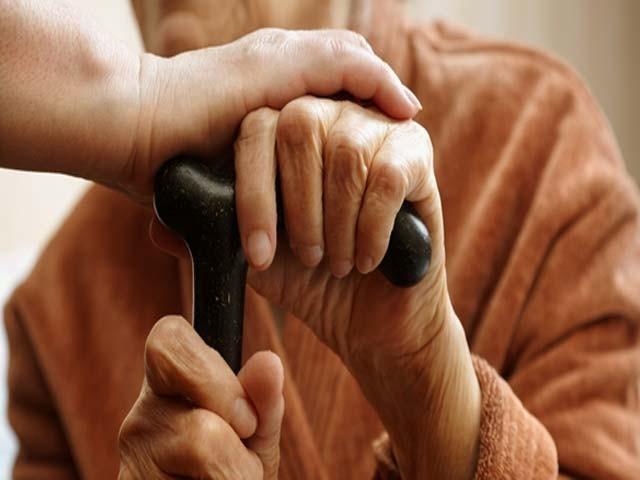 ''والدین کے ساتھ نیک سلوک کرو۔ اگر تمہارے پاس ان میں سے ایک یا دونوں بوڑھے ہوکر رہیں تو انہیں اُف تک نہ کہو''۔ فوٹو: فائل