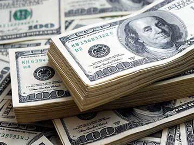 انٹربینک مارکیٹ میں ڈالر کی قدر ایک موقع پر 157روپے سے بھی نیچے آگئی ۔ (فوٹو: فائل)