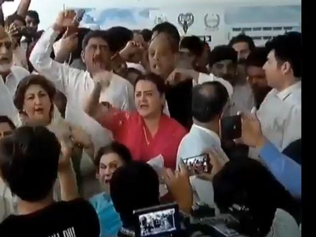 کارکنان نے شاہد خاقان عباسی اور احسن اقبال کو دھکے دیئے جب کہ ردعمل پر مصدق ملک کا گریبان بھی پکڑا گیا۔ فوٹو:اسکرین گریپ