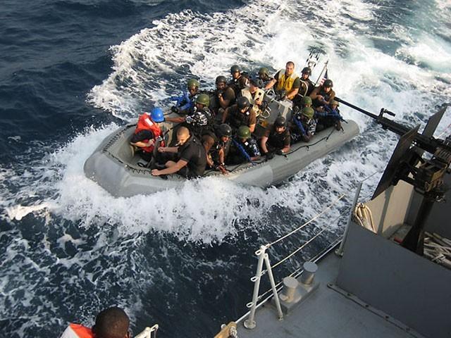 بحری قزاقوں کو عملے کی رہائی کے لیے 3 لاکھ ڈالر تاوان دیا گیا، فوٹو : فائل