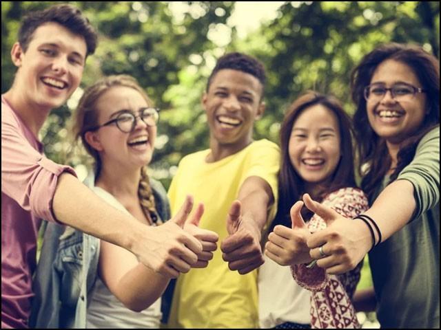 ادھیڑ عمری اور بڑھاپے میں اچھی ذہنی صحت چاہتے ہیں تو نوجوانی میں اچھی عادتیں اپنائیے۔ (فوٹو: انٹرنیٹ)