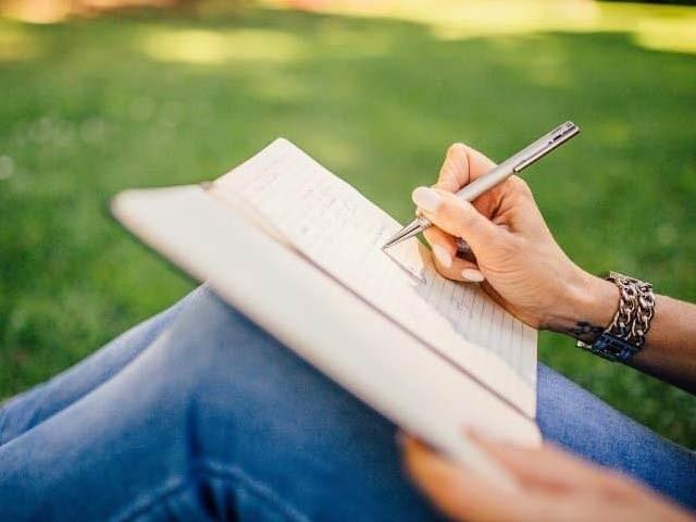 ٹیبلٹ کی بجائے اگر کاغذ پر لکھا جائے تو دماغ زیادہ سرگرم ہوتا ہے اور یادداشت حاضر رہتی ہے۔ فوٹو: فائل