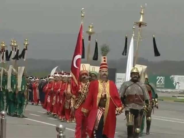ترک بینڈ کی پرفارمنس پر پریڈ میں موجود شرکا اور صدر مملکت عارف علوی محظوظ ہوتے رہے فوٹوسوشل میڈیا