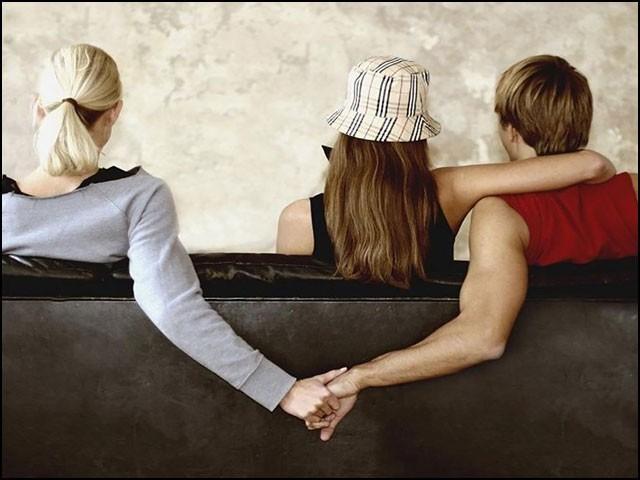 بے وفا شوہروں کو 'محبوباؤں' سے دور کرنے والا 'جذباتی' مشیر