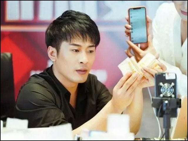 سمبا کے نام سے شہرت رکھنے والے چینی سوشل میڈیا اسٹار کو 'سیلز کنگ' بھی کہا جاتا ہے۔ (فوٹو: انٹرنیٹ)