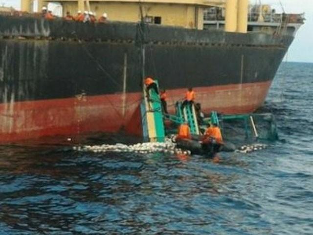 کشتی میں 32 ماہی گیر سوار تھے، فوٹو : فائل