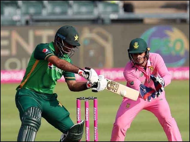 جنوبی افریقہ کے وکٹ کیپر ڈی کاک نے 'عیاری' سے پاکستانی اوپنر کی پویلین واپسی کو ممکن بنایا۔ (فوٹو: فائل)