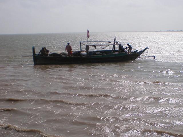 کشتی کے ذریعے 25,000 لیٹر ایرانی ڈیزل غیر قانونی طریقے سے پاکستان لایا جا رہا تھا، میری ٹائم۔ فوٹو:فائل