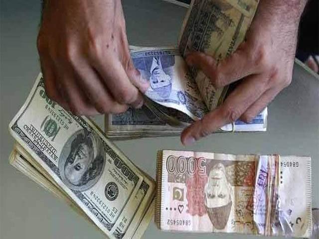 انٹربینک مارکیٹ میں ڈالر کی قدر اتار چڑھاؤ کے بعد مزید 17 پیسے کی کمی سے 153.01 روپے پر بند ہوٸی (فوٹو : فائل)