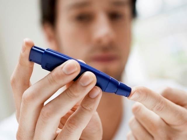نیویارک یونیورسٹی ابوظہبی کے سائنسدانوں نے کھایا جانے والا کیپسول بنایا ہے جو خون میں شکر بڑھنے پر ازخود انسولین خارج کرتا ہے۔ فوٹو: فائل