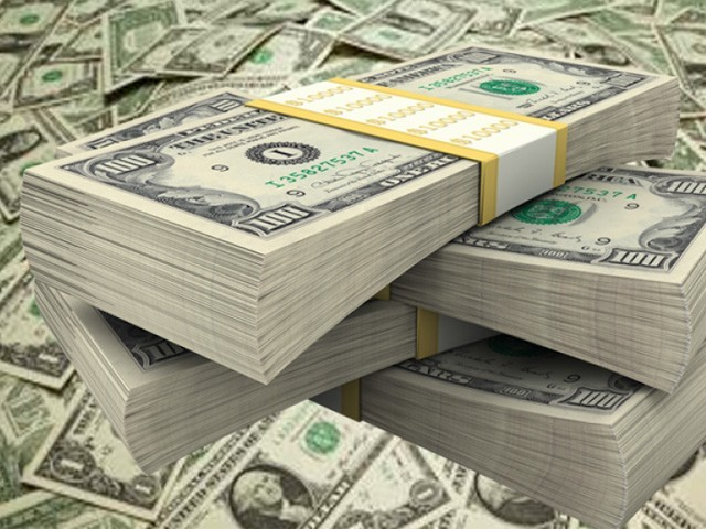 ہفتہ وار کاروبار کے دوران انٹربینک مارکیٹ میں ڈالر کی قدر 61 پیسے گھٹ کر 152.94 روپے پر بند ہوئی (فوٹو : فائل)