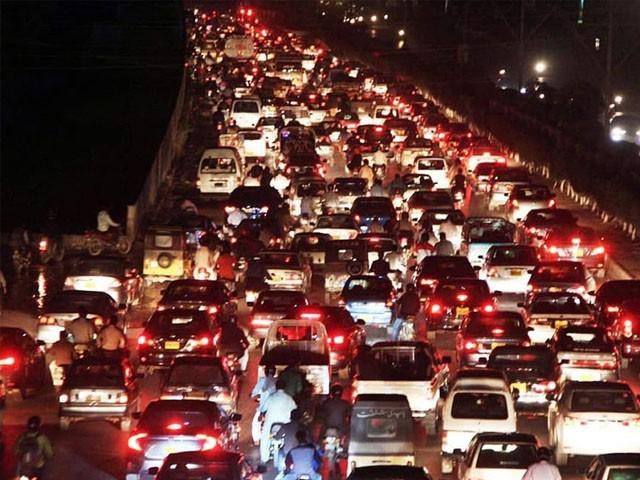 ٹی ایل کی جانب سے ملک کے اہم شاہراہوں پر دھرنے سے ٹریفک کا نظام درہم برہم ہوگیا ہے۔ (فوٹو : فائل)