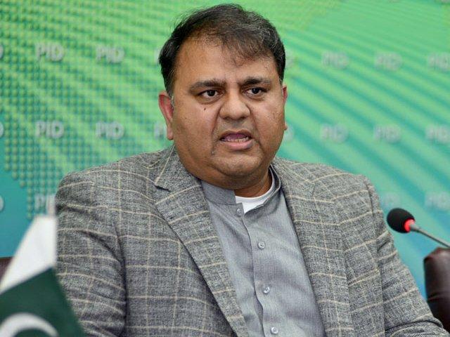 وزیراعظم عمران خان نے فواد چوہدری کو وزارت اطلاعات کا کام سنبھالنے کی ہدایت کردی