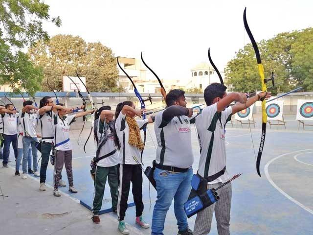 سندھ آرچری انجمن تعلیمی اداروں میں ورکشاپ کرانے لگی ۔ فوٹو : ایکسپریس