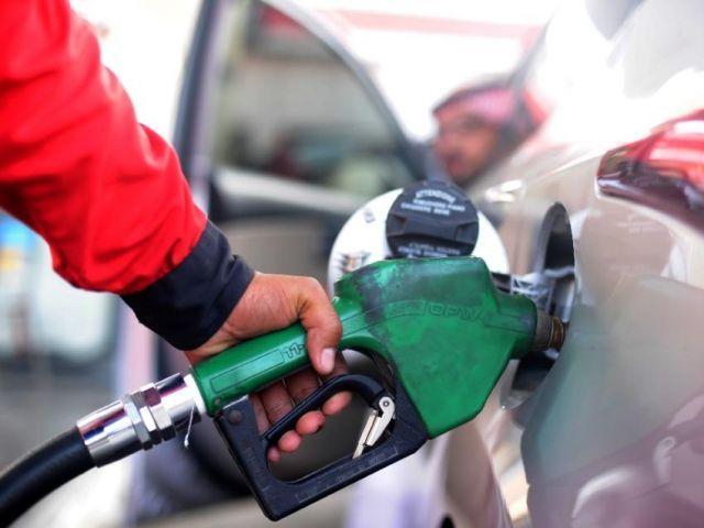 31 مارچ کو بھی حکومت نے پیٹرول اور ڈیزل کی قیمتوں میں کمی کی تھی فوٹو: فائل