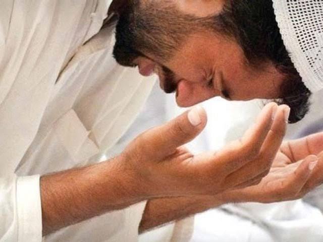 ''اور جس وقت میرے بندے آپ (ﷺ) سے میرے متعلق سوال کریں تو کہہ دیجیے کہ میں قریب ہوں،ہر دعا کرنے والے کی دعا کو قبول کرتا ہوں۔'' فوٹو: فائل