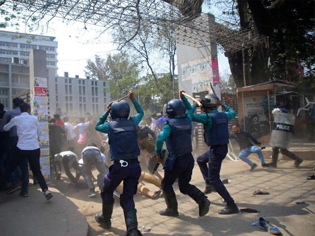 2000 کے قریب افراد نے احتجاج کے دوران پولیس پر پتھراؤ کیا، پولیس چیف۔ فوٹو : فائل
