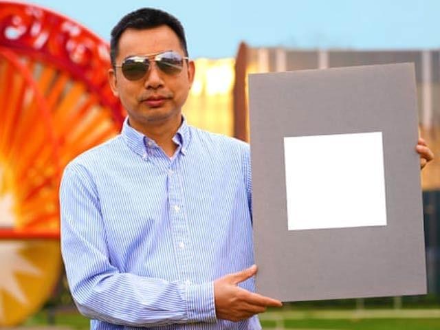 تصویر میں ڈاکٹرژائلن روان دنیا کے سب سے سفید پینٹ کے ساتھ دکھائی دے رہے ہیں جو سورج کی روشنی کو 98 فیصد تک منعکس کرسکتا ہے (فوٹو: گارجیئن)