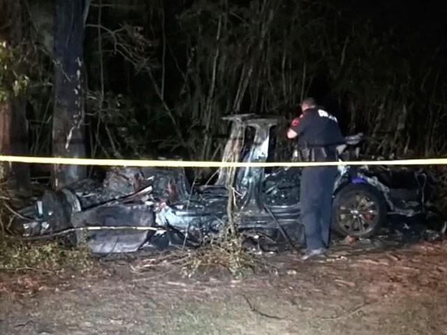 درخت سے ٹکرانے پر کار میں آگ بھڑک اُٹھی تھی، فوٹو: اے ایف پی