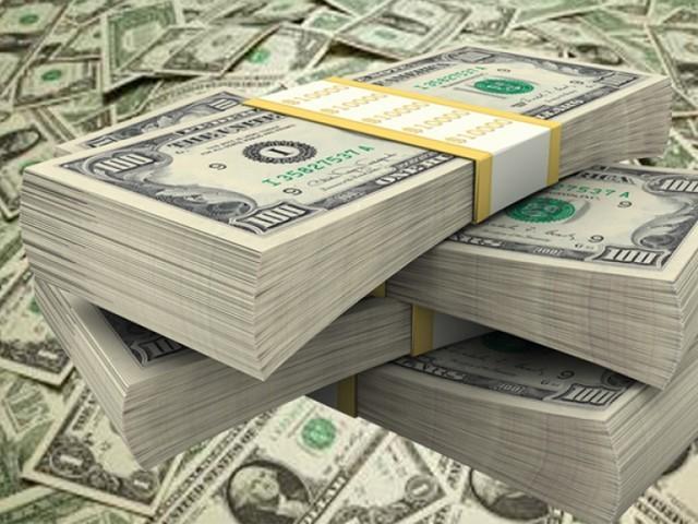 انٹربینک مارکیٹ میں ڈالر کی قدر اتار چڑھاؤ کے بعد 12 پیسے کے اضافے سے 152.93 روپے پر بند ہوٸی (فوٹو : فائل)