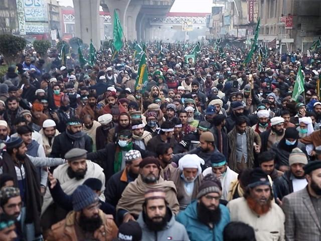 کارکنان کراچی و دیگر شہروں میں دھرنے ختم کردیں صرف لاہور میں مرکزی دھرنا جاری رہے گا، ٹی پی ایل شوریٰ رکن شفیق امینی (فوٹو : فائل)