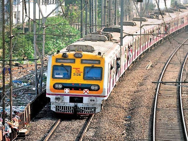 بھارت میں ریلوے پوائنٹ مین نے جان پر کھیل کر ایک بچے کو ٹرین حادثے سے بچالیا (فوٹو: فائل)