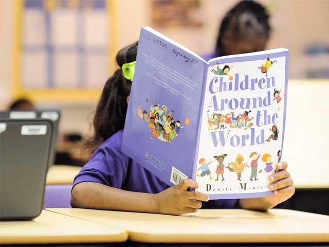 بچوں کو رَٹوا کر 'پڑھنا' سکھانے کا عمل مفید نہیں۔ فوٹو: فائل