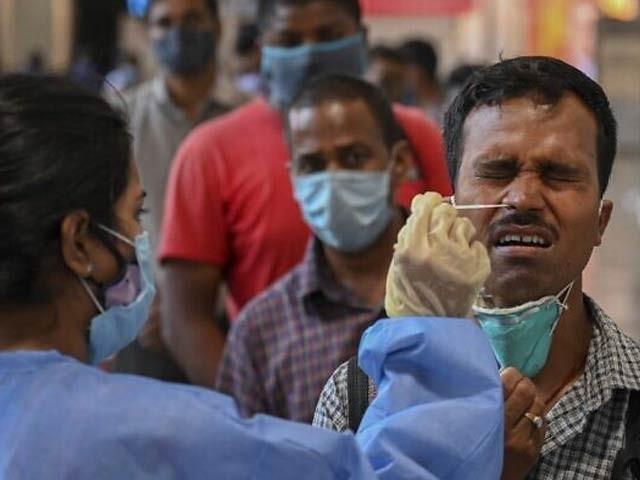 بھارت میں کورونا کی نئی ہلاکت خیز وبا کی وجہ دوہرے تبدیل شدہ وائرس کو قرار دیا گیا ہے۔ فوٹو: فائل