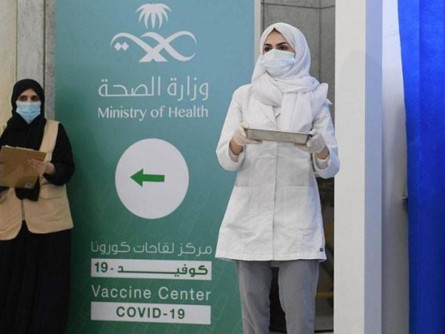 سعودی عرب میں  فائزر کی کورونا ویکسین لگائی جارہی ہے، فوٹو: فائل
