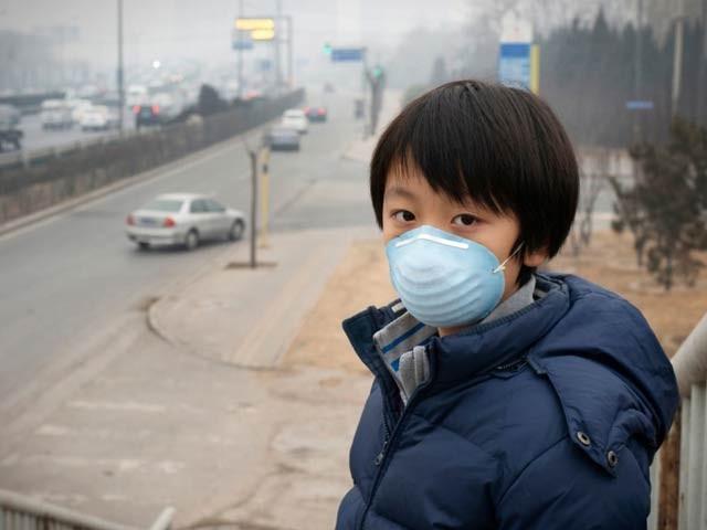بچپن میں فضائی آلودگی بلوغت تک پہنچ کر نفسیاتی عارضوں اور دماغی امراض کی وجہ بن سکتی ہے (فوٹو: فائل)