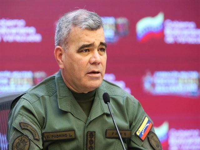 وینیزویلا کے وزیردفاع مارے گئے فوجیوں کے لواحقین سے اظہار تعزیت کررہے ہیں(فوٹو:انٹرنیٹ)