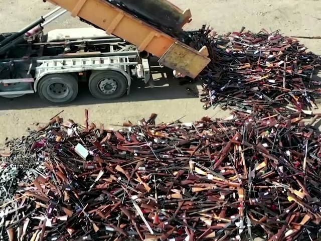بیلجیئم نے 22 ہزارسے زائد رائفلوں اور بندوقوں کو بھٹی میں پگھلا کر اس سے خام فولاد بنایا (فوٹو: رائٹرز)