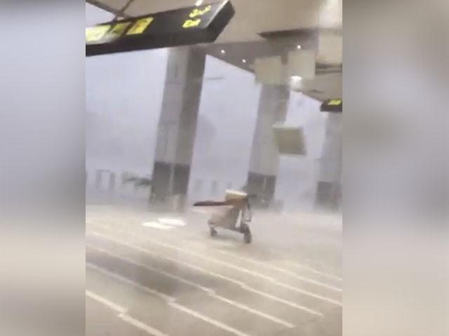 تیز ہواؤں سے ایئرپورٹ کی کیسيلنگ زمین بوس ہوگئی۔