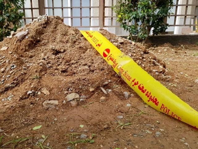 سفارت خانے کے ملازم کی لاش عمارت کے باغیچے میں ملی تھی۔(فوٹو: رائٹرز)