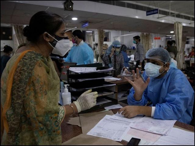 بھارت میں بدترین کورونا وبا کی وجہ سے بہترین اسپتال بھی تیسرے درجے کے سرکاری اسپتال جیسے ہوکر رہ گئے ہیں۔ (فوٹو: رائٹرز)