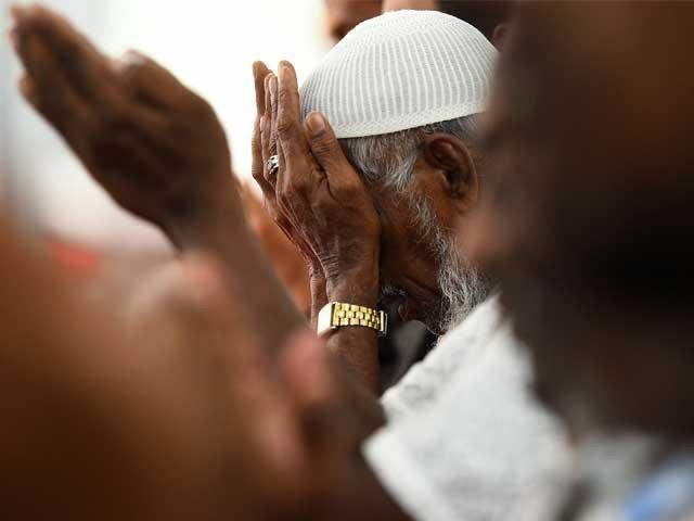 ایمان مکمل ہی تب ہوتا ہے جب ہم اپنے مسلمان بھائی کے لیے بھی وہی پسند نہ کریں جو اپنے لیے کرتے ہیں۔ فوٹو: فائل
