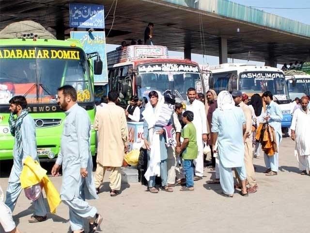 سندھ میں ایک شہر سے دوسرے شہر جانے والی پبلک ٹرانسپورٹ پر پابندی ہے (فوٹو: فائل)