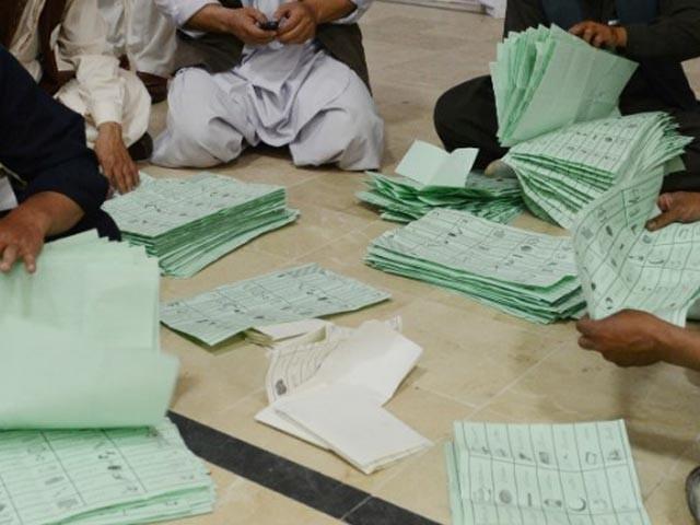 7 امیدواروں کے مسترد شدہ ووٹوں کی تعداد 3221 ووٹ تک پہنچ گئی، نا صر حسین کی قادر مندو خیل کو مبارکباد۔ فوٹو: فائل