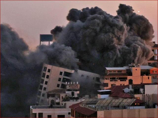 اسرائیل کے غزہ پر حملے کے نتیجے میں 13 منزلہ عمارت منہدم ہوگئی (فوٹو : نیوز ایجنسی)