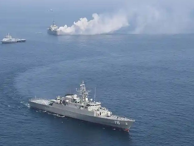 ایرانی کشتیاں امریکی بحری بیڑے کے قریب آگئی تھیں، فوٹو: فائل