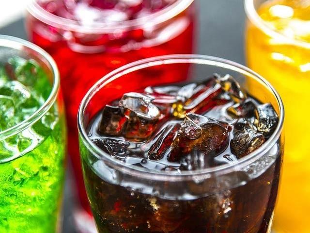 سافٹ ڈرنکس اور میٹھے مشروبات خواتین میں آنتوں اور معدے کے کینسر کی وجہ بن سکتے ہیں۔ فوٹو: فائل