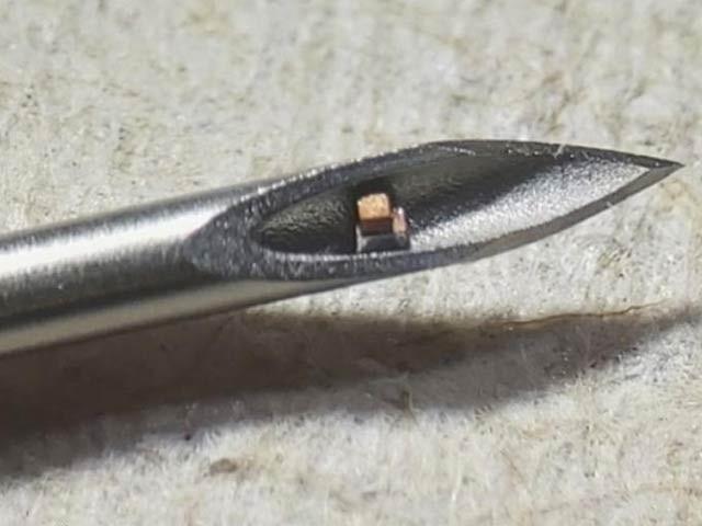 تصویر میں عام انجیکشن کی نوک پر ایک مائیکروچپ دکھائی دے رہی ہے۔ یہ دنیا کا سب سے چھوٹا معالجاتی چپ سسٹم ہے جو الٹراساؤنڈ کے تحت بدن سے ڈیٹا حاصل کرسکتا ہے۔ فوٹو: بشکریہ کولمبیا یونیورسٹی