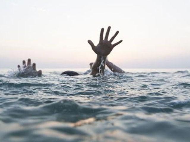 ڈوبننے والے تینوں افراد یوحنا آباد کے رہائشی تھے، فوٹو: فائل