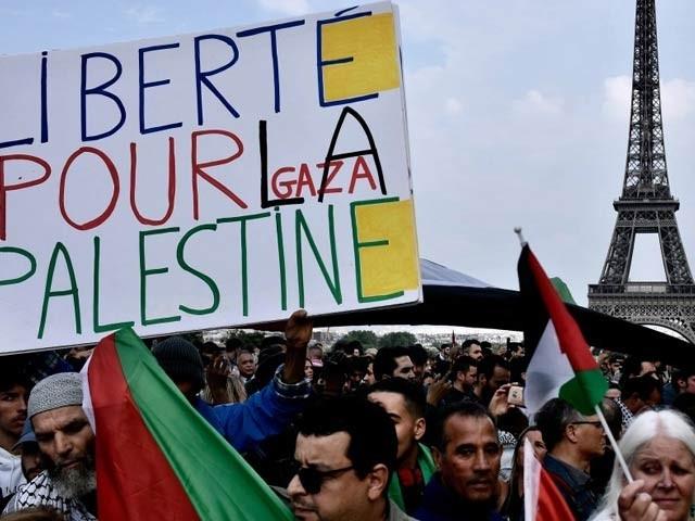 پیرس میں شرکا فلسطین کے حق میں مظاہرہ کررہے ہیں ۔ فوٹو: اناطولو نیوز ایجنسی