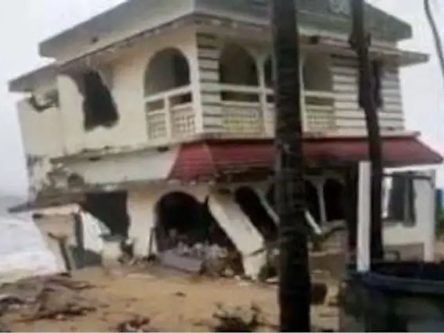 طوفان میں کئی عمارتیں بھی تباہ ہوگئیں، فوٹو: بھارتی میڈیا