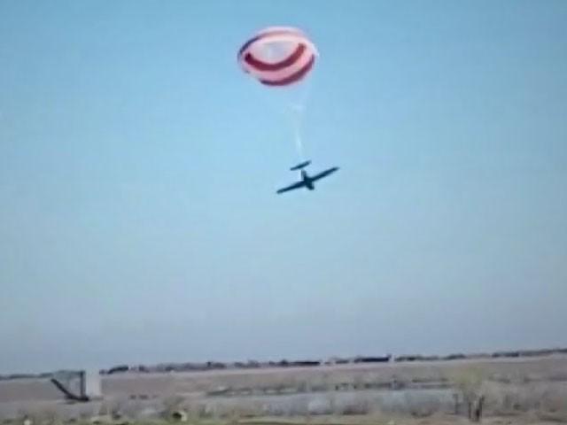 تصادم کے بعد چھوٹا طیارہ پیراشوٹ کے ذریعے زمین پر اتر گیا، فوٹو: ویڈیو گریب